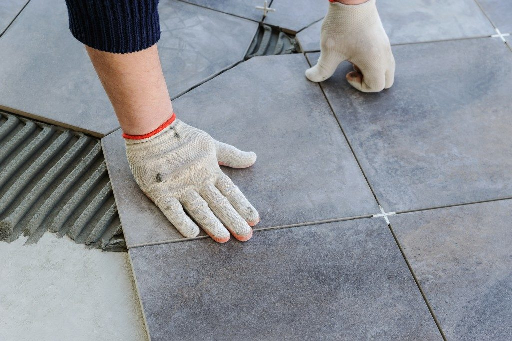 Fixing tiles